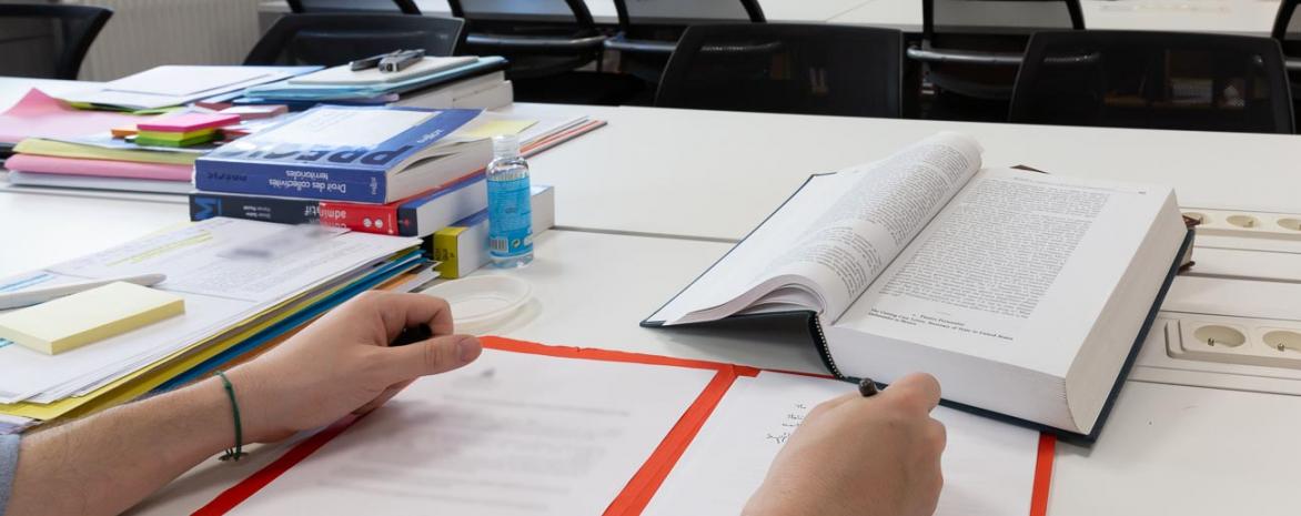 Travail de recherche dans la bibliothéque du CDPC