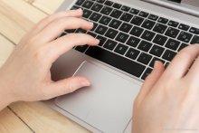 ordinateur mains clavier Université Paris 2 Panthéon-Assas